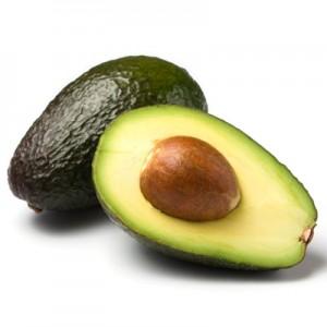 ganze und halbe avocado isoliert auf weiss